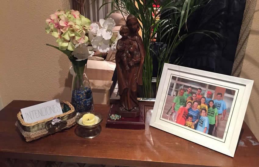 Imagen de la Virgen, con foto de la familia y canasta de intenciones